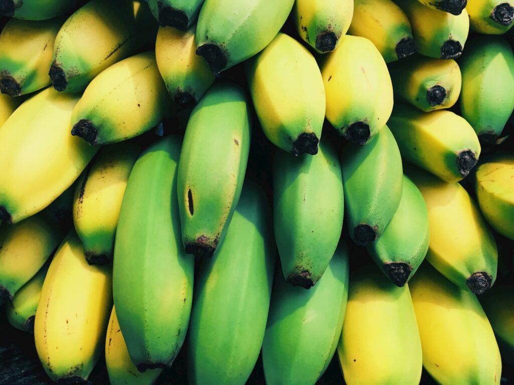 Entre los beneficios del plátano está su contenido de vitaminas y minerales.