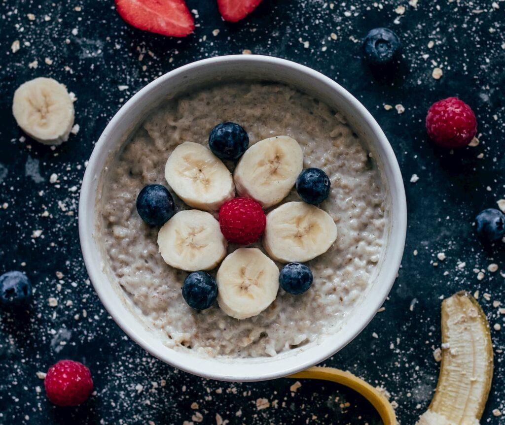 Plátano y avena son una gran combinación para el desayuno.