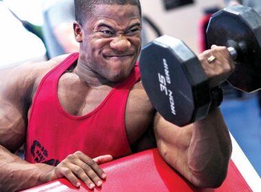 Hombre entrenamiento de bíceps