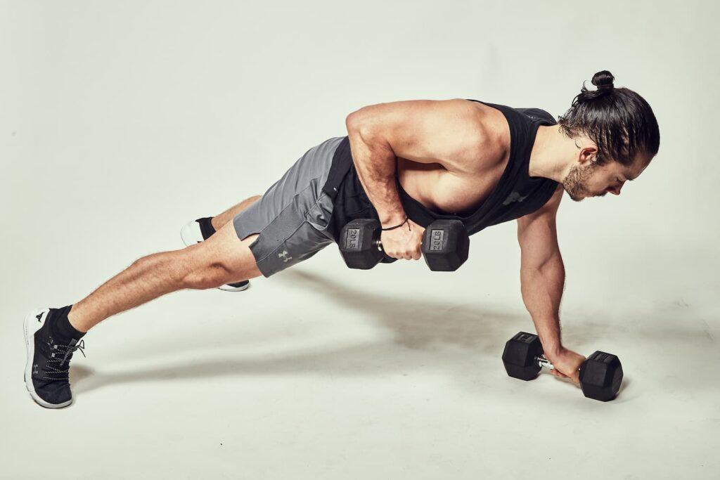 Lagartija con remo para fortalecer la espalda