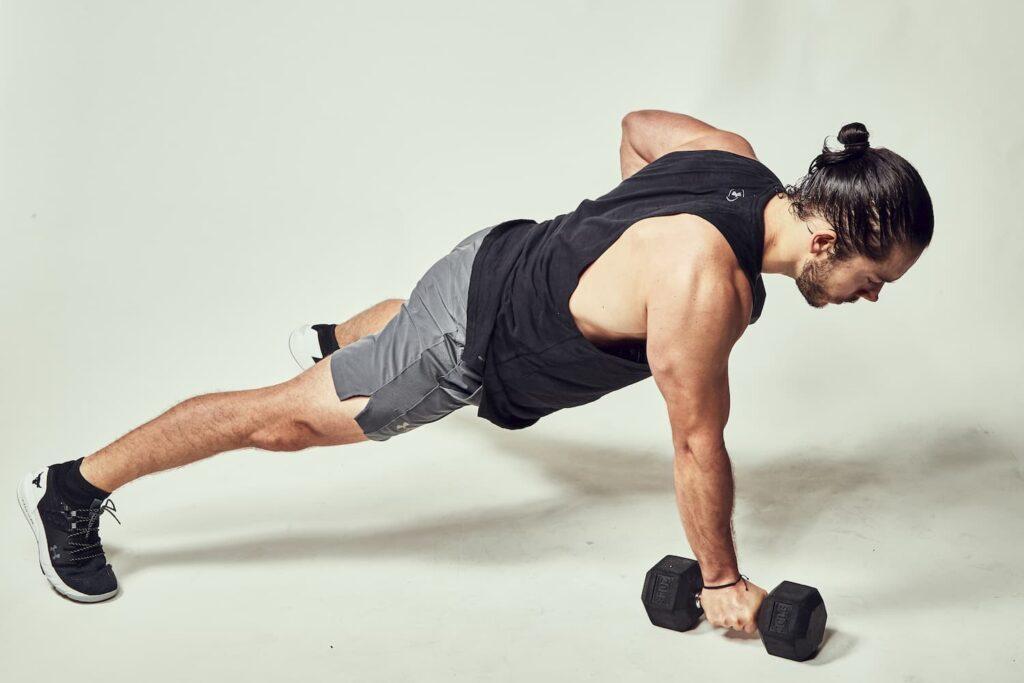 Push-up combinada con remo permite fortalecer la espalda