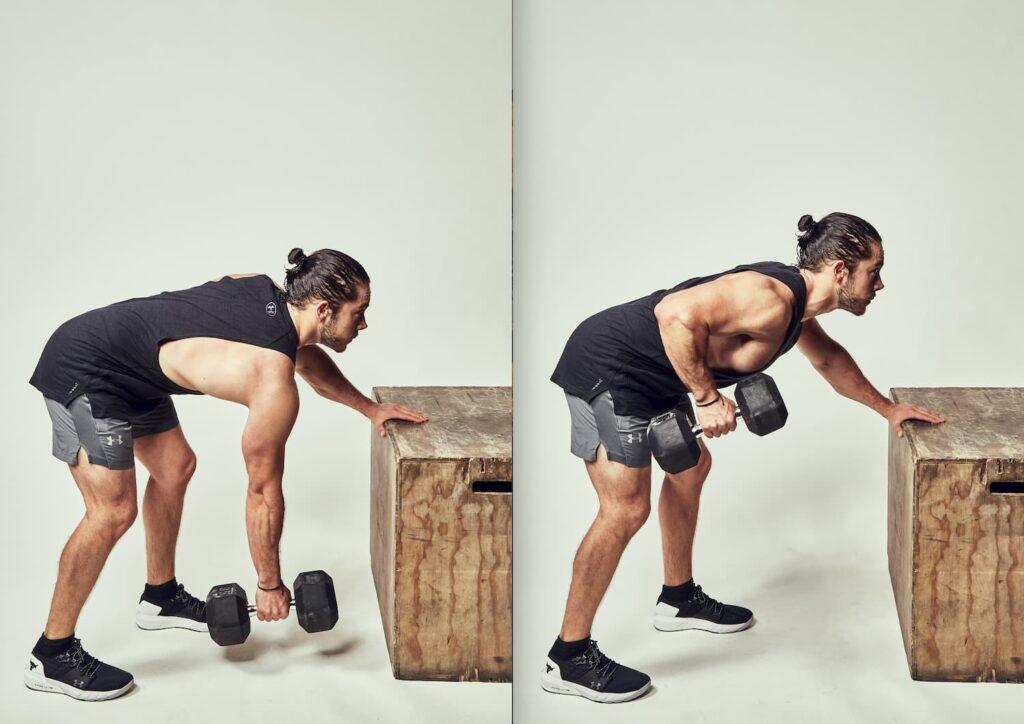 El remo con mancuerna permite fortalecer la espalda.