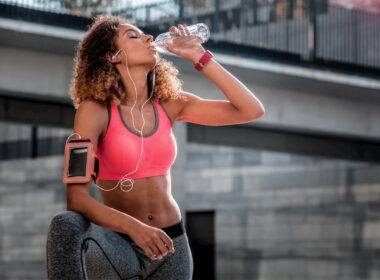 Beber agua mejora tu rendimiento y salud