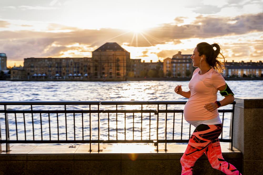 Mujer haciendo ejercicio durante el embarazo