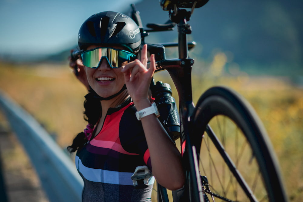 Cynthya posa con su bicicleta